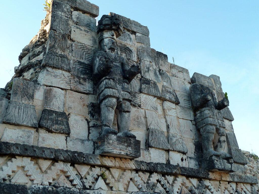 La imagen tiene un atributo ALT vacío; su nombre de archivo es Kabah_sculptures-1024x768.jpg